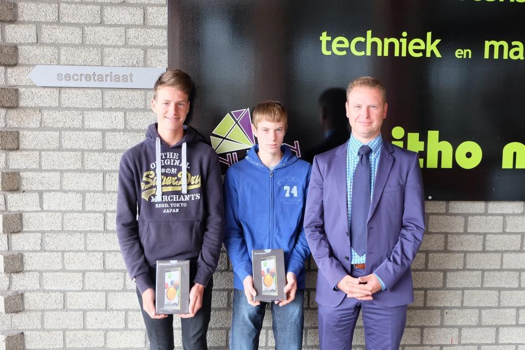 Charles Op de Beeck en Sander Schoeters winnen een tablet op de eerste schooldag met de affiche actie!
